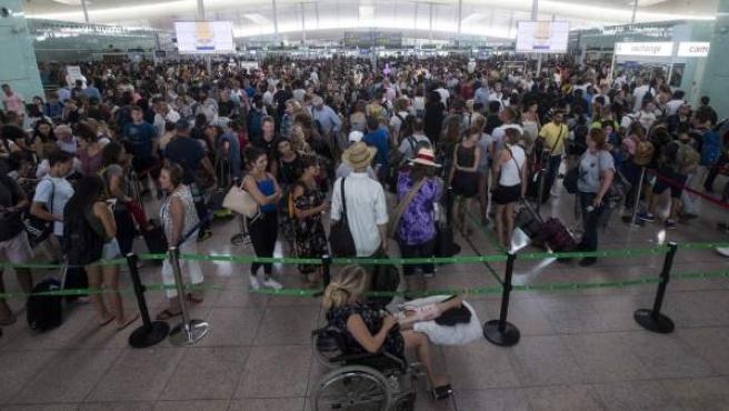 Colas para acceder al control de seguridad del Aeropuerto de Barcelona-El Prat más largas de lo habitual estas fechas debido a los paros que llevan a cabo los trabajadores de Eulen.