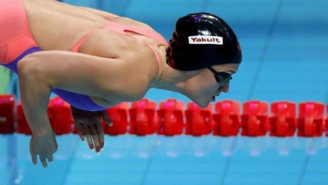 Mireia Belmonte, lanzándose a la piscina en los Mundiales de Budapest.