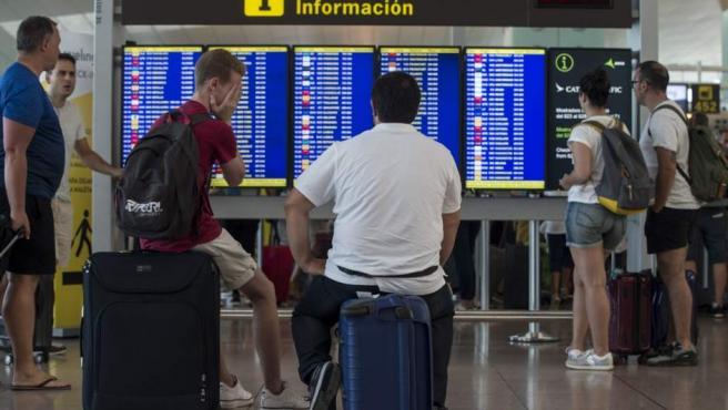 Colas para acceder al control de seguridad del Aeropuerto de Barcelona-El Prat durante los paros de los trabajadores de Eulen.