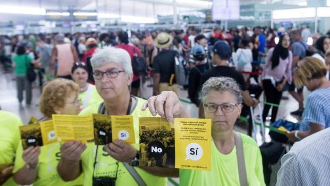 La Asamblea Nacional de Cataluña (ANC) ha repartido esta mañana folletos en el Aeropuerto de Barcelona que culpan al Estado de las colas por la huelga.