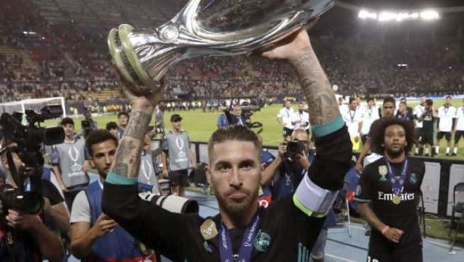 Ramos levanta la Supercopa.