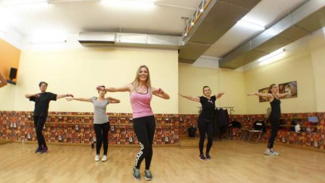Un grupo bailando en una clase de zumba