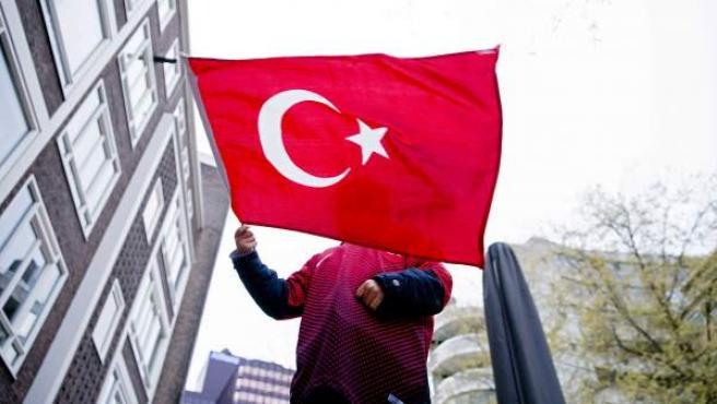 Un niño ondea la bandera de Turquía frente al consulado turco en Rotterdam, Países Bajos, tras la victoria ajustada del 'sí' en el referéndum de la reforma constitucional que otorga más poder a Erdogan.