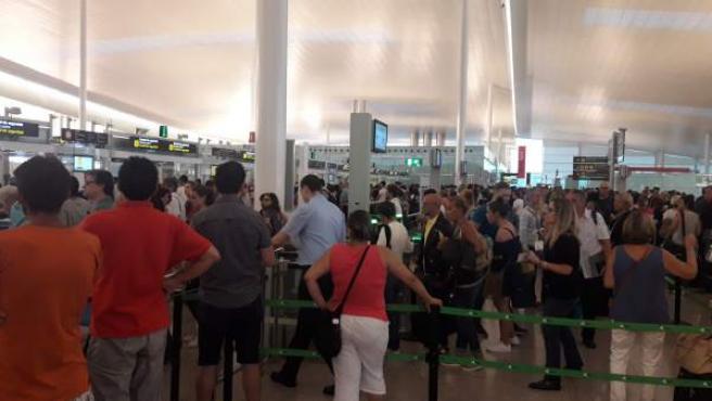 Colas en los controles de seguridad en el aeropuerto de El Prat.
