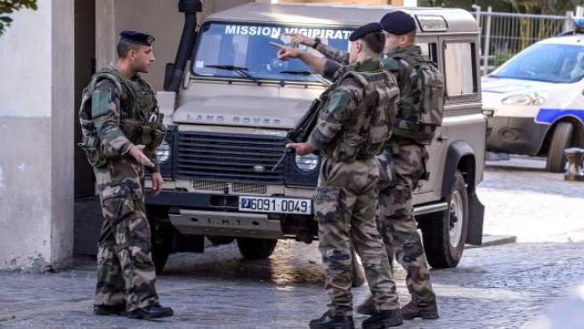 Varios militares en el lugar en el que se ha producido el atropello a un grupo de militares en Levallois Perret, a las afueras de París (Francia).
