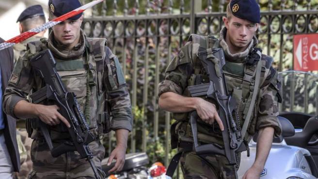 Efectivos militares vigilan la zona del atropello.