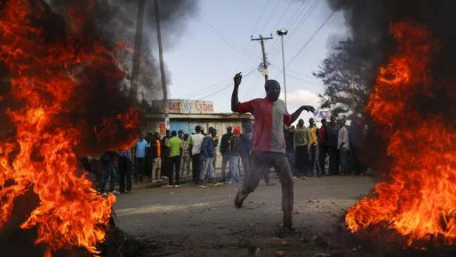 Seguidores del líder de la oposición incendian una barricada como protesta por los resultados provisionales de las elecciones generales de Kenia.