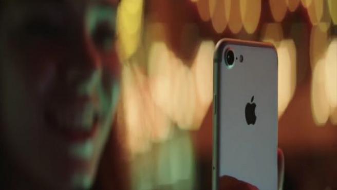 Imagen que recrea cómo podría funcionar el nuevo escáner fácil que parece llevará instalado el iPhone.