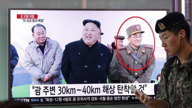 Surcoreanos observan este jueves la transmisión de un noticiero reportando sobre Corea del Norte en una estación en Seúl (Corea del Sur).