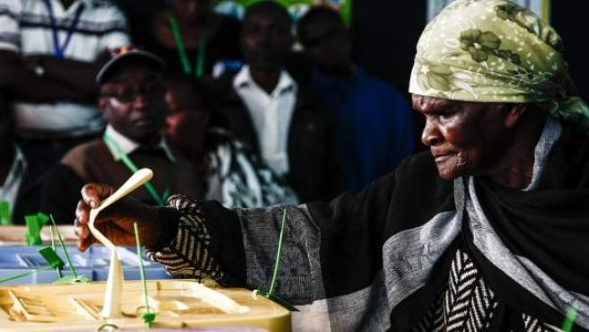 Varias personas acuden a las urnas en un colegio electoral en Gaundu (Kenia).