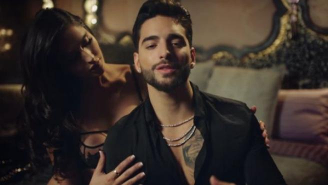 En cantante Maluma en el videoclip de Felices los 4.
