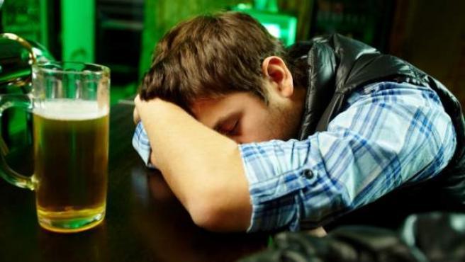 El cuerpo humano metaboliza peor el alcohol con el paso de los años.