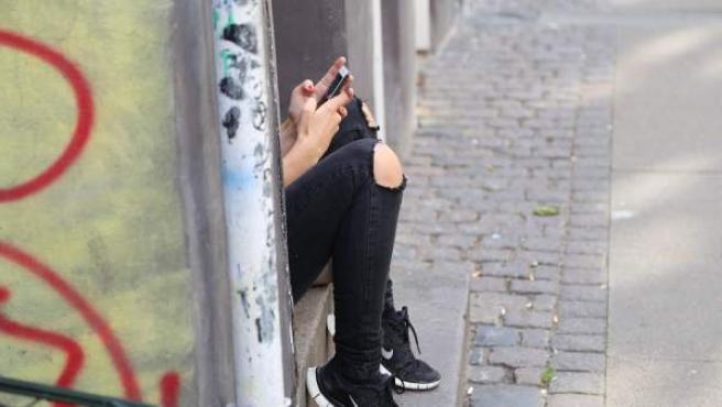 Los expertos avisan: o los adolescentes de hoy en día usan menos el móvil o sus habilidades sociales serán nulas cuando lleguen a adultos.