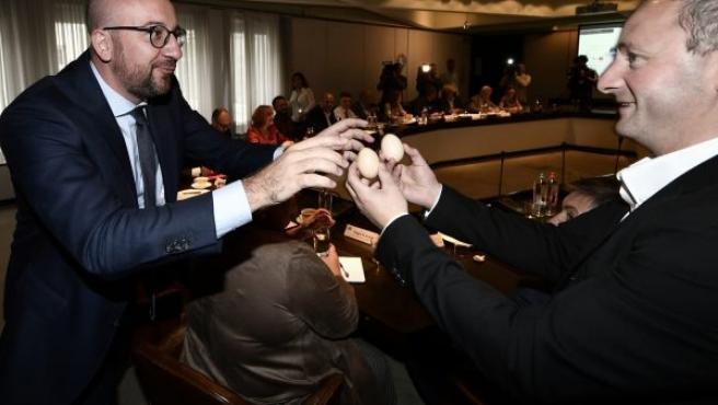 El primer ministro belga, Charles Michel (L), en pleno escándalo de los huevos contaminados.