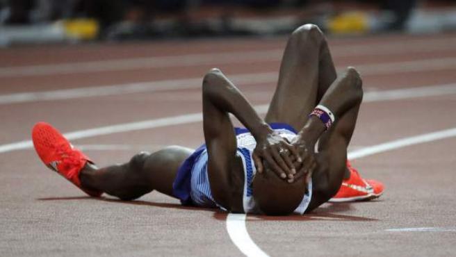 El británico Mo Farah se lamenta en el suelo tras lograr la medalla de plata en la prueba de 5000 metros en los Campeonatos del Mundo de Atletismo