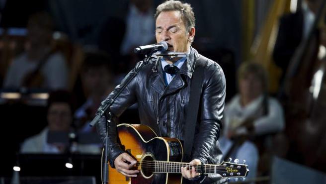 Bruce Springsteen actua en un concierto gratuito en la plaza del Ayuntamiento de Oslo, Noruega, dentro de los actos de homenaje a las víctimas del atentado de Utoya.