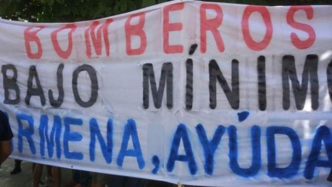 Pancarta que portaron los bomberos este lunes en Madrid.