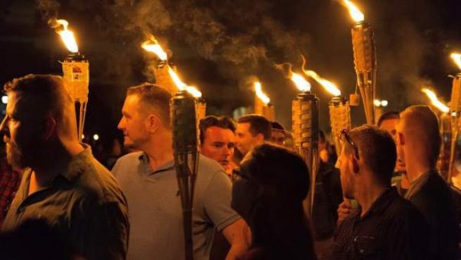 Manifestación de supremacistas blancos en Charlottesville que gritaron consignas nazis. El recorrido se celebró a pesar de haber sido prohibido.
