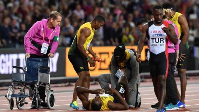 Usain Bolt, en el suelo tras su lesión en la carrera del 4x100, la última de su vida.