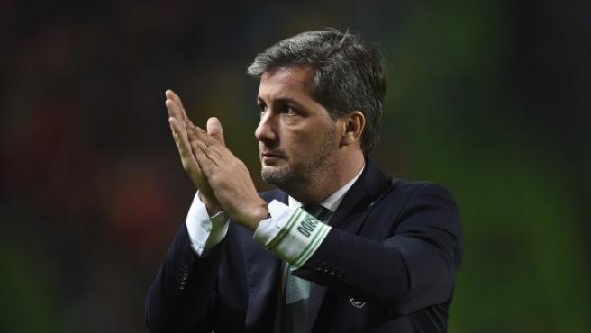 El presidente del Sporting, Bruno Carvalho, aplaude a la afición al final de un partido de la Copa de Portugal Sporting vs Praiense en el estadio José Alvalade de Lisboa.