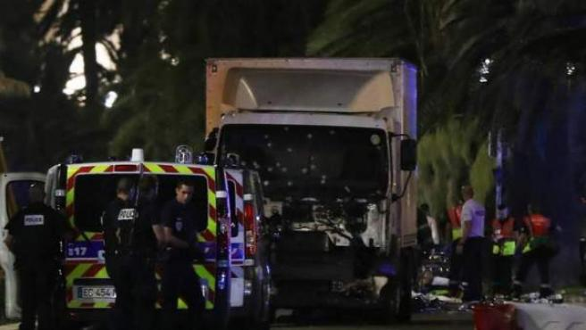 El camión que ha arrollado a decenas de personas en las calles de Niza.