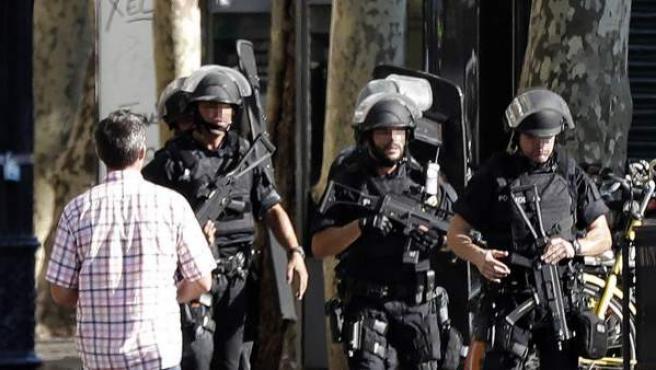 Efectivos policiales en el lugar del ataque en las Ramblas de Barcelona.