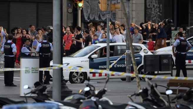 Los servicios de seguridad atienden a los heridos tras el atentado yihadista en la Rambla.
