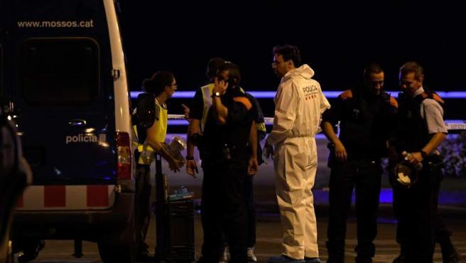 Investigan el intento de atentado en Cambrils en el que cinco terroristas han sido abatidos por los Mossos.