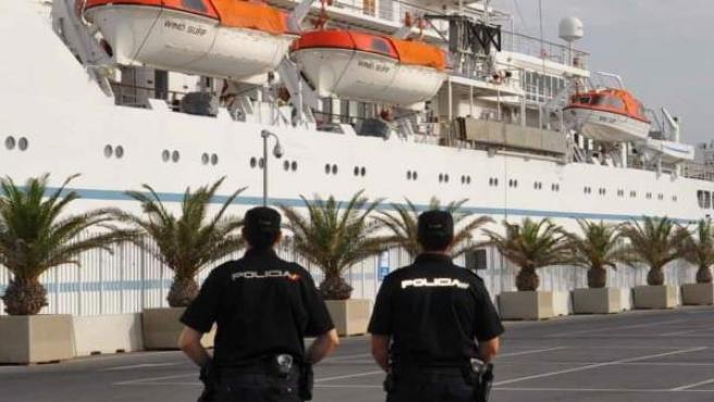 Agentes de la Policía Nacional en el Puerto de Almería
