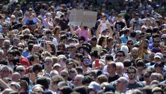 Miles de personas muestran su condena a los atentados en Barcelona y Cambrils en la Plaza de Cataluña.
