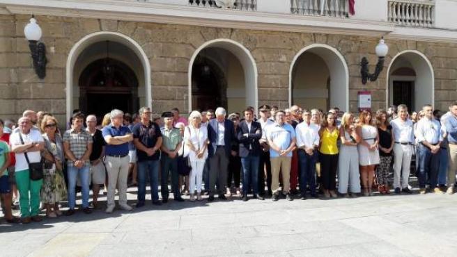 Minuto de silencio ante el Ayuntamiento de Cádiz