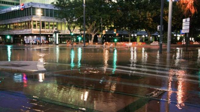 Reventón de una tubería de agua en el centro de Zaragoza