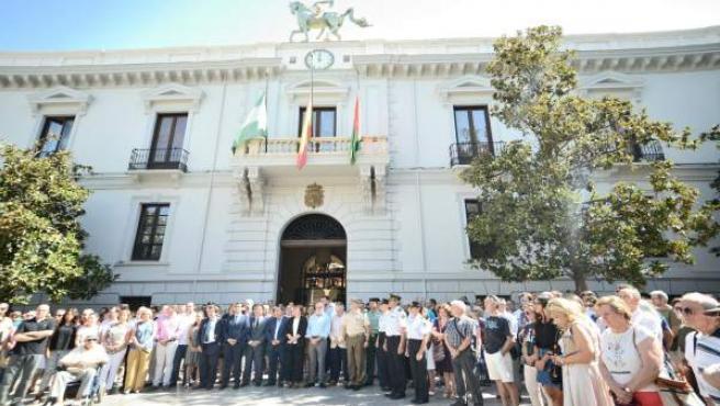 Minutos de silencio por las víctimas de Barcelona en plaza del Carmen