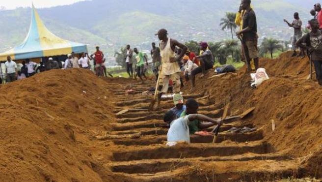 Sierra Leona prepara las tumbas para enterrar a las víctimas.