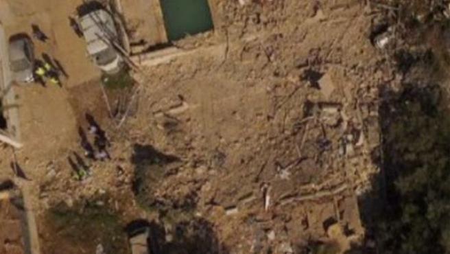 Vista aérea del resultado de la explosión que se ha producido en la casa de esta localidad de Tarragona. No hay rastro de ella.
