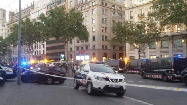 Dispositivo policial en plaza Catalunya tras el atentado en la Rambla.