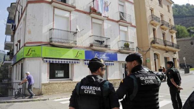 Agentes de la Guardia Civil durante el registro del domicilio del imán de Ripoll (Girona) que podría estar implicado en los atentados de Barcelona y Cambrils.