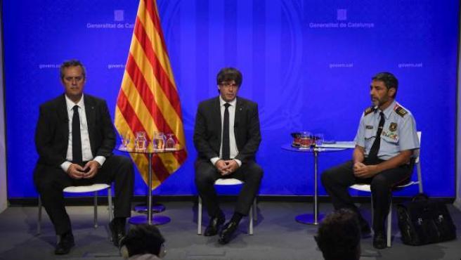 El jefe de los Mossos, Josep Lluis Trapero, en rueda de prensa para medios extranjeros este domingo junto al presidente de la Generalitat, Carles Puigdemont, y el conseller de Interior, Joaquim Forn.