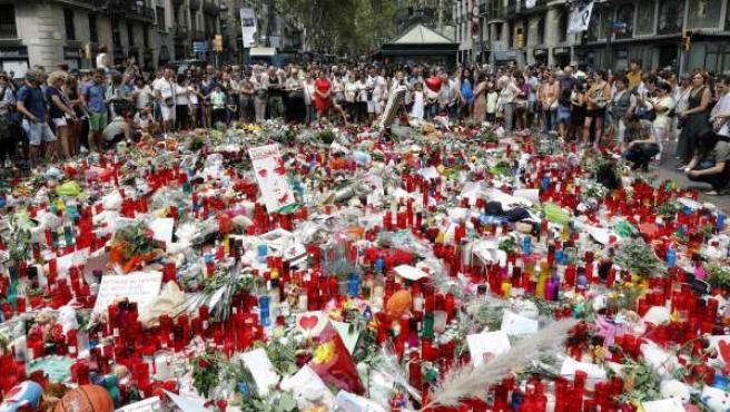 Homenaje improvisado a las víctimas del atentado de Barcelona y Cambrils en el mosaico de Miró en la Rambla.