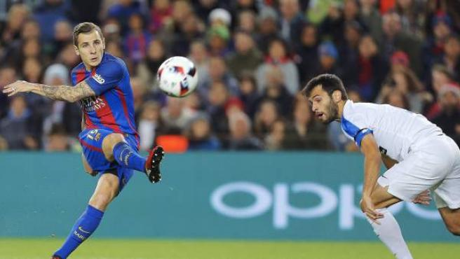 Lucas Digne chuta a portería en el partido de Copa entre Hércules y Barça.