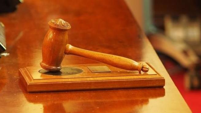 Una imagen de un mazo en una sala de un tribunal.