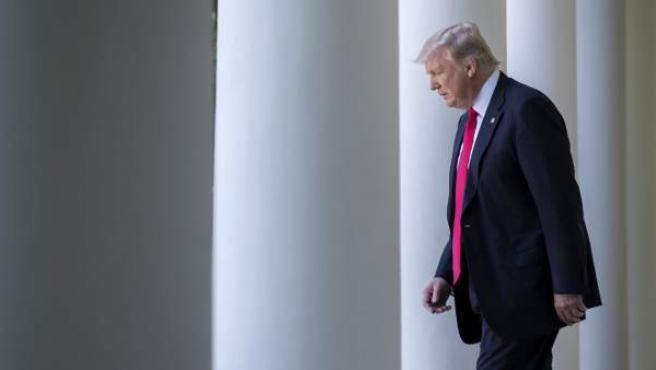 El presidente Donald Trump camina desde el Despacho Oval, en una imagen de archivo.