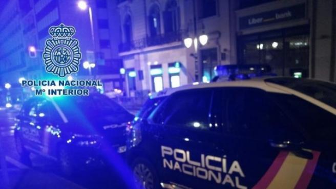 Dos coches patrulla de la Policía actúan durante una madrugada