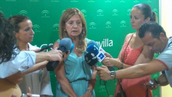 La consejera de Salud, Marina Álvarez, comparece en el hospital de Valme.
