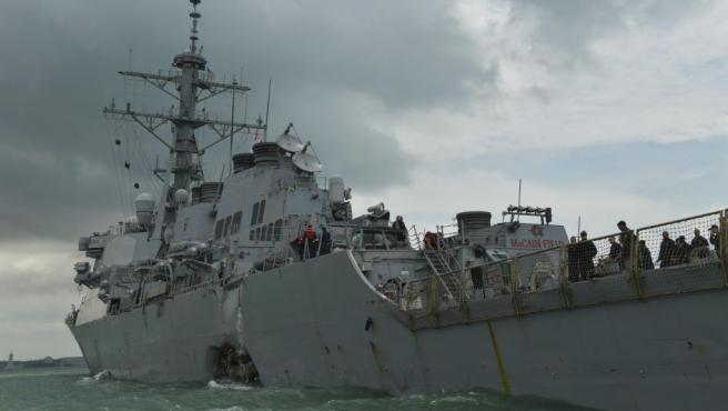Vista de los daños en el casco del destructor de misiles guiados estadounidense USS John S McCain es remolcado al puerto de Singapur tras chocar con un barco mercante al este de Singapur y el Estrecho de Malaca.