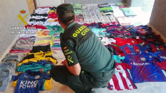 Imagen del material falsificado intervenido por la Guardia Civil