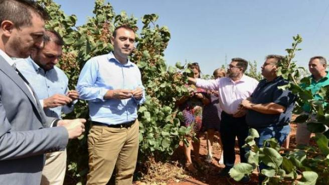 Plantaciones de almendra y pistacho, en una visita de la Junta
