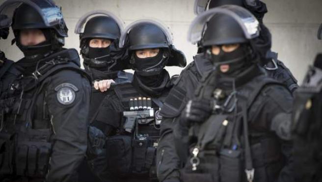 Miembros de las Brigadas de Intervención e Investigación durante el asalto en Saint Denis.
