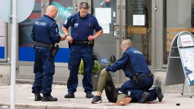La Policía atiende a una de las víctimas del apuñalamiento en Turku, Finlandia.
