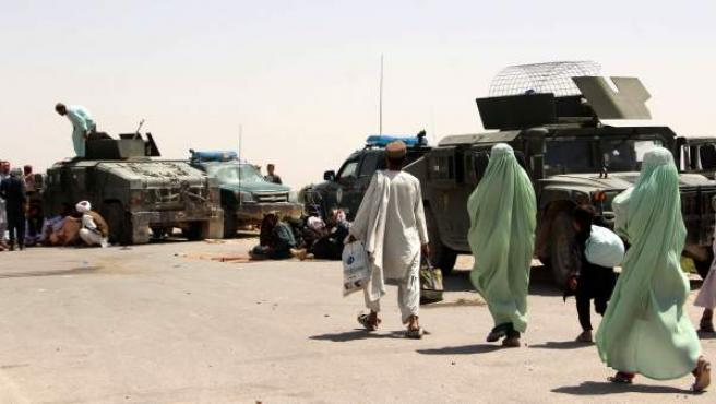 Las fuerzas de seguridad afganas hacen controles en Nawa (Helmand, Afganistán).